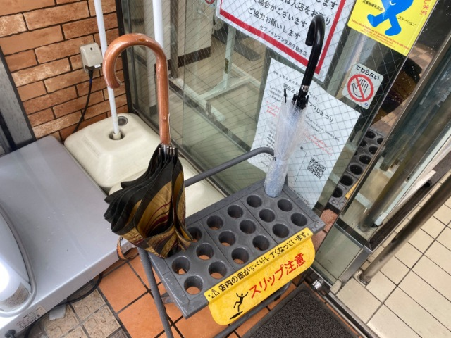 We spotted an umbrella thief in the act on the streets of Tokyo, and it left us feeling strange