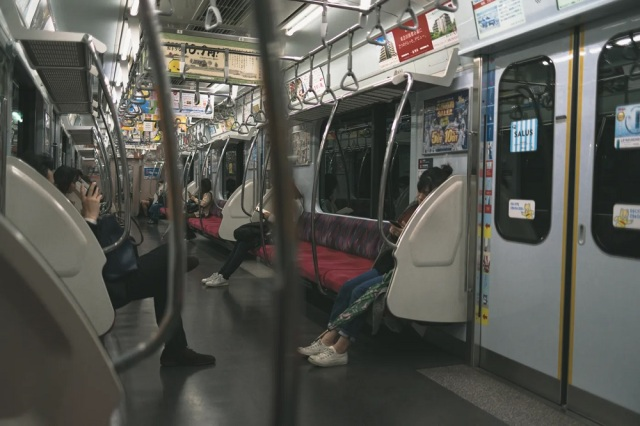 Strangers on a train – Random middle-aged guy gives Japanese high schooler great life advice