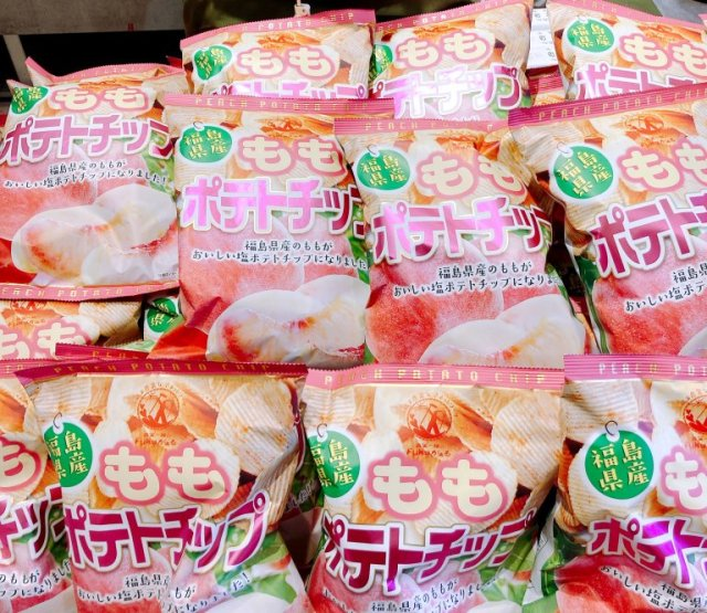 We tried Japan's peach-flavored potato chips, and they do not disappoint in their peachiness