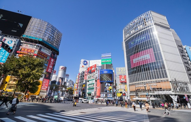 Instant karma? Accused voyeur falls off bridge at Shibuya Staion, breaks several bones【Video】