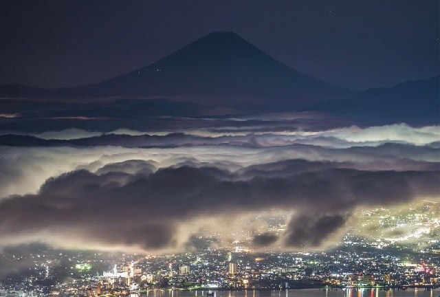 Pre-dawn photo of Mt. Fuji looks almost too beautiful to be real