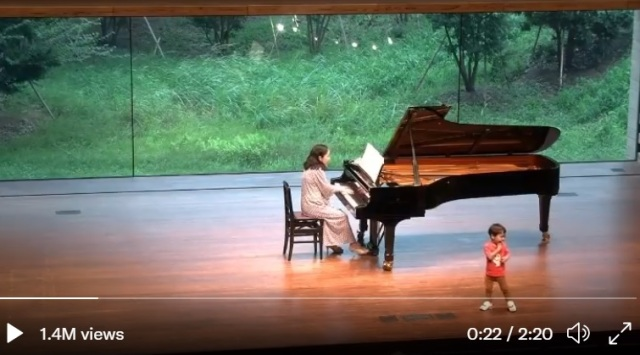 Japanese mom's son crashes her piano recital, melts the Internet's heart【Video】