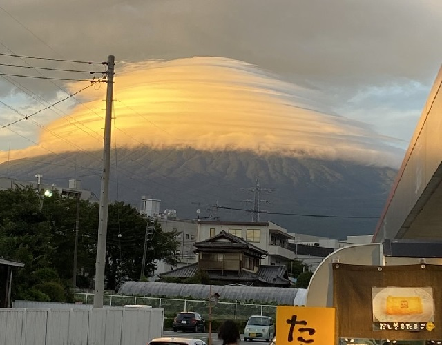 Mt. Fuji gets covered with beautiful umbrella cloud that also has some people seeing a fried egg