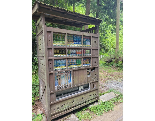 Beautiful vending machine in rural Japan quenches visitors' thirst, respects the historical scenery
