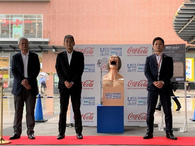 Titan trash can to be placed near a Coca-Cola vending machine in Oita to help promote recycling