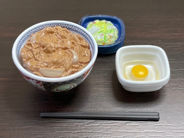 Yoshinoya beef bowl set vs. its mini capsule toy version: how do they size up next to each other?